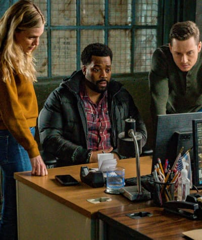 Putting Their Heads Together - Chicago PD Season 8 Episode 6
